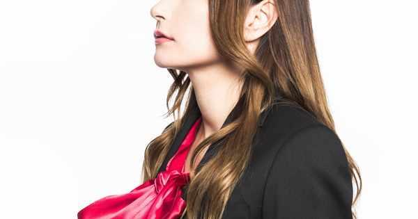 赤いスカーフの女性