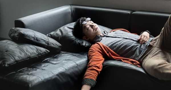寝ている男性